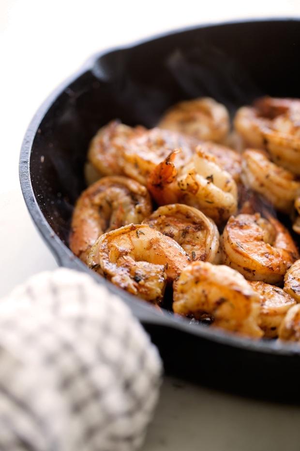 Cajun Shrimp and Grits - warm comfort food that's been lightened up! Perfect for Sunday brunching. #brunch #shrimpandgrits #cajunshrimp | Littlespicejar.com