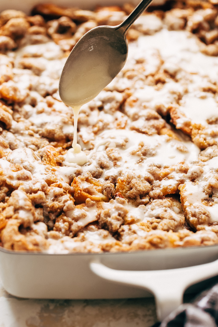 Apple Pie French Toast Bake (or Casserole) - a make ahead friendly recipe that's perfect for brunches or sunday morning breakfast! #frenchtoast #frenchtoastbake #frenchtoastcasserole #applepiefrenchtoastbake   Littlespicejar.com