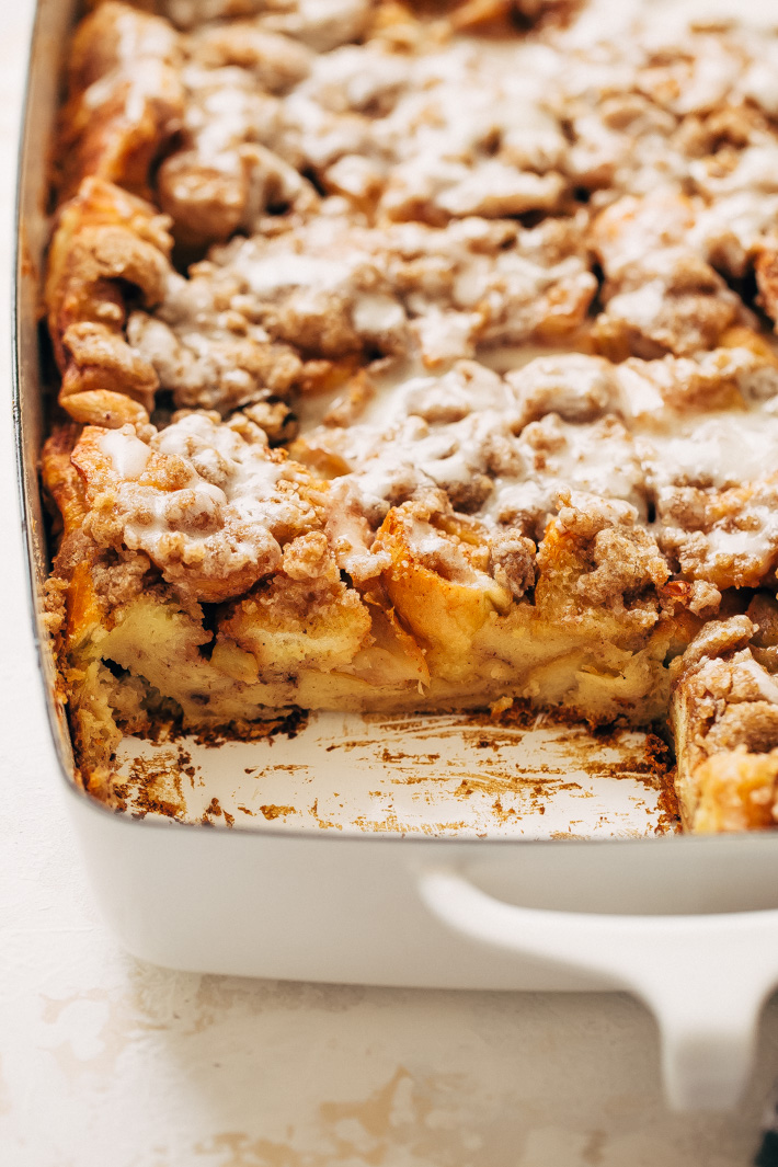 Apple Pie French Toast Bake (or Casserole) - a make ahead friendly recipe that's perfect for brunches or sunday morning breakfast! #frenchtoast #frenchtoastbake #frenchtoastcasserole #applepiefrenchtoastbake | Littlespicejar.com