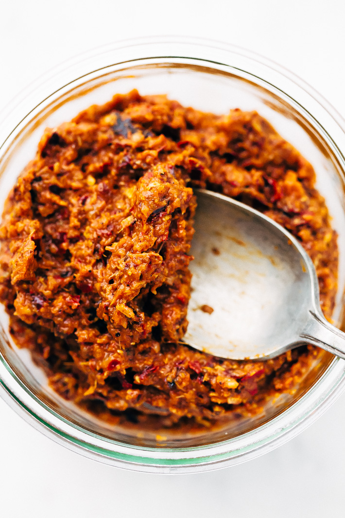 Homemade Thai Massaman Curry Paste - A quick 15 minute paste that's perfect to use in all kinds of curries! This can also be made vegan/vegetarian friendly. #massamancurry #homemadecurrypaste #thaicurry #massamancurrypaste   Littlespicejar.com