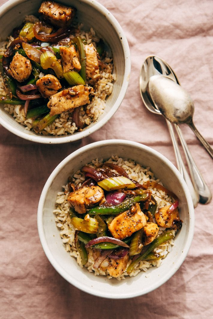 Black Pepper Chicken Stir Fry - Learn how to make a simple chicken stir fry with veggies all under 25 minutes and it's perfect for MEAL PREPPING! #blackpepperchicken #chickenstirfry #chickenandveggiestirfry #stirfry   Littlespicejar.com