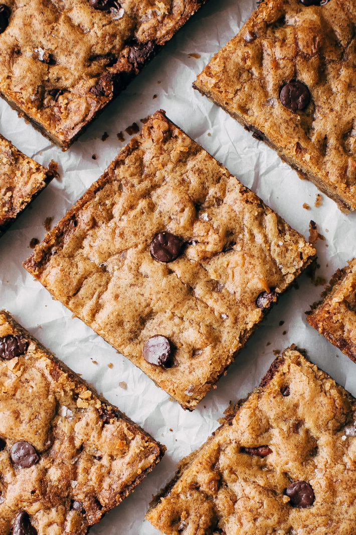 Brown Butter Pecan Chocolate Chip Blondies - butterscotch flavored base with tons of nutty pecans and creamy chocolate chips. These blondies are absolutely addicting! #blondies #chocolatechipblondies #brownbutterblondies #pecanblondies | Littlespicejar.com