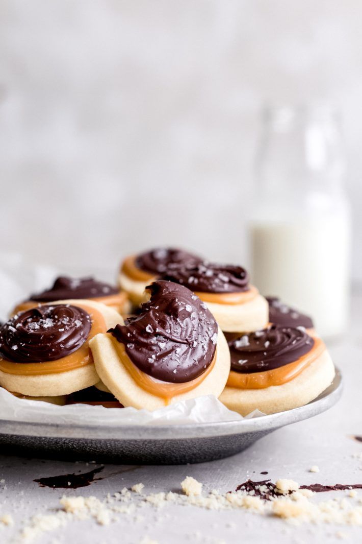 Easy Shortbread Twix Cookies - Dangerously easy to make Twix cookies with a shortbread bottom! These cookies start with a four ingredient shortbread crust, topped with creamy caramel and melted chocolate and a hint of sea salt to make them fancy! #twixcookies #shortbreadcookies #shortbreadtwixcookies #homemadetwix #twixrecipe #shortbreadcookie | Littlespicejar.com