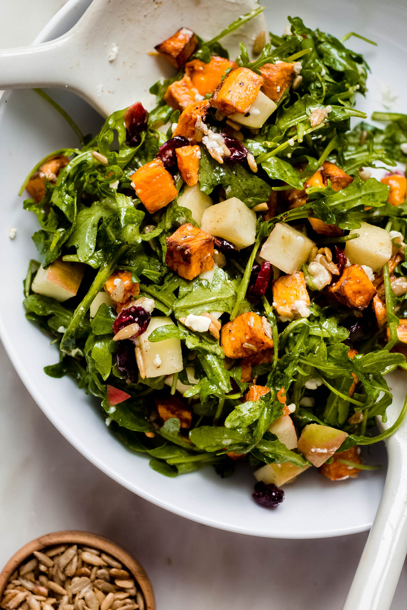 Herbst knuspriger Apfel-Süßkartoffelsalat