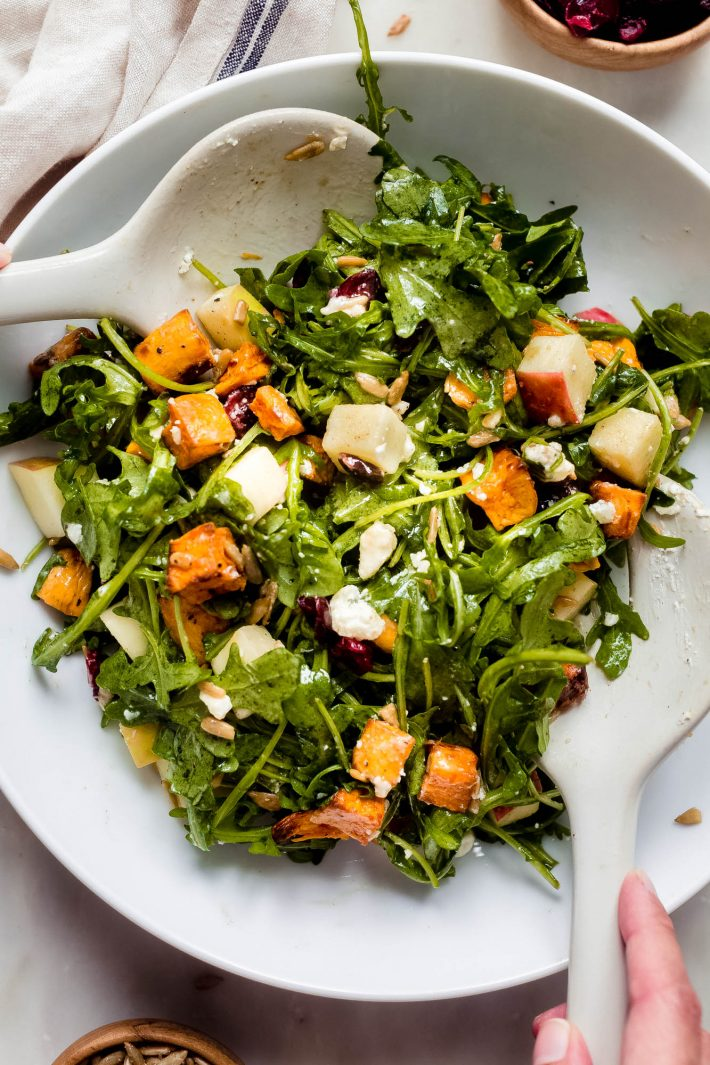 Nahaufnahme von Apfelsüßkartoffelsalat gekleidet